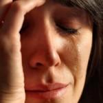 Почему женщина плачет?