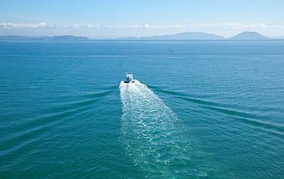 Морской катер в виде молнии