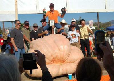 Тим Мэтисон, его родня и самая большая тыква в мире