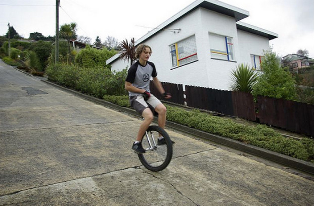Каскадер Ян Соунс съезжает с самой крутой улицы мира