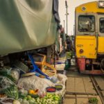 Рынок Меклонг: торговля, которой не мешают поезда
